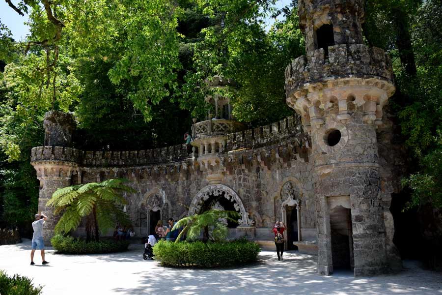 Sintra gezilecek yerler Quinta da Regaleira bahçesi Koruyucuların Kapısı Sintra - Quinta da Regaleira Garden Portal of the Guardian Sintra