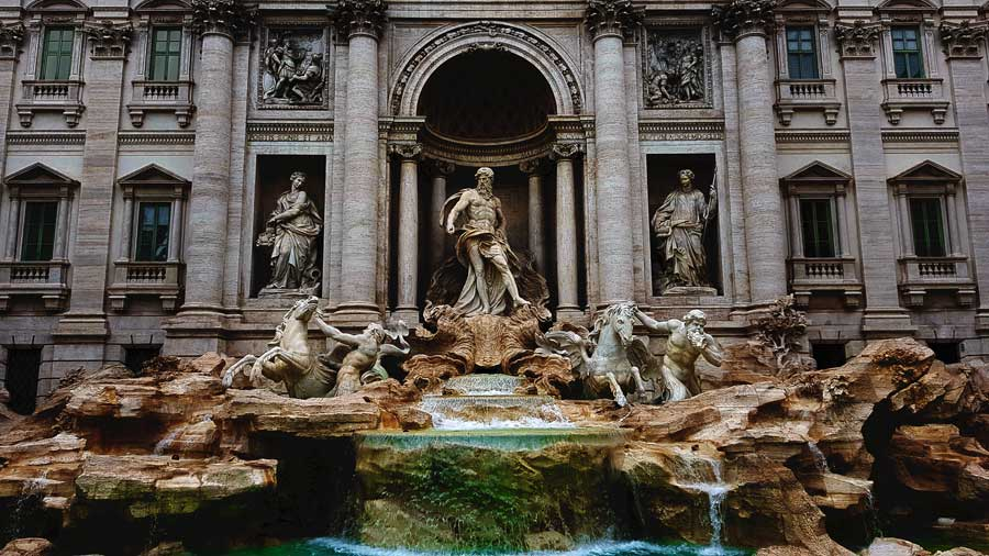 Trevi çeşmesi heykelleri (ortada Oceanus, solda Bolluk, sağda Sağlık) - Rome Trevi fountain and statues (Oceanus, Health and Abundance)