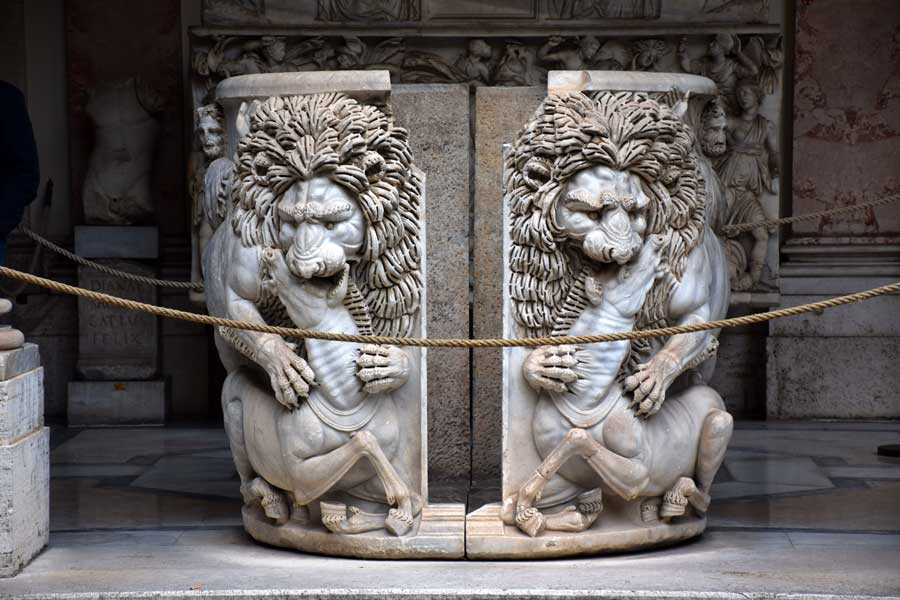 Vatikan müzeleri tarihi eserleri Belvedere Sarayı Sekizgen Avlu antik Roma'nın ilk simgelerinden olan ata saldıran aslan bezemeli mermer lahit - Vatican museums historical artworks Lion attacking horse marble sarcophagus in the Octagonal Courtyard of Belvedere Palace