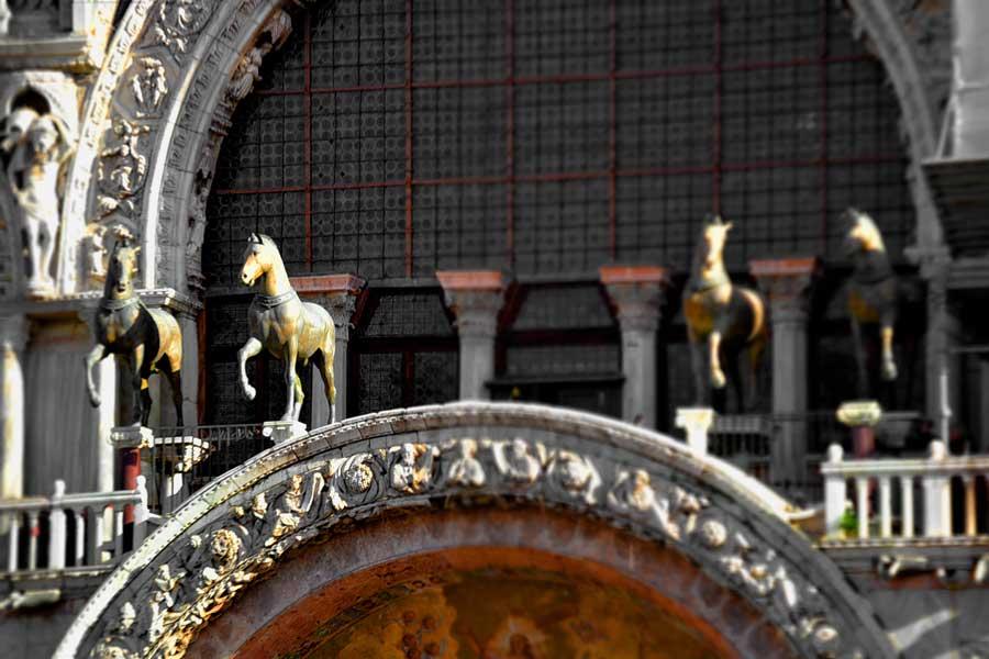 Venedik San Marco Katedrali cephesinde İstanbul'dan 1254 yılında getirilen 4 bronz at replikası (Quadriga)