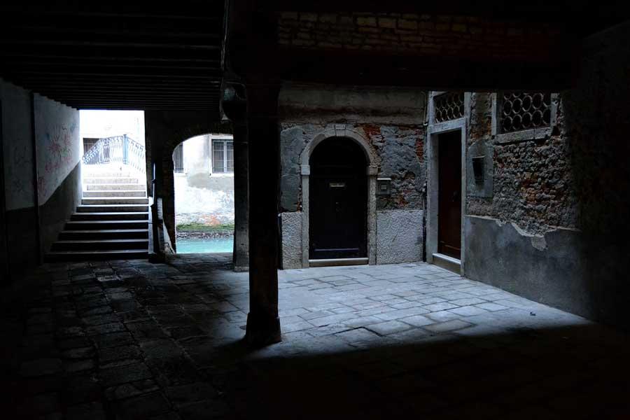 Venedik San Marco bölgesi Malvasia Vecchia köprüsü ve Rio de la Verona kanalı La Fenice - Venice San Marco region Ponte de la Malvasia Vecchia and Rio de la Verona canal, La Fenice