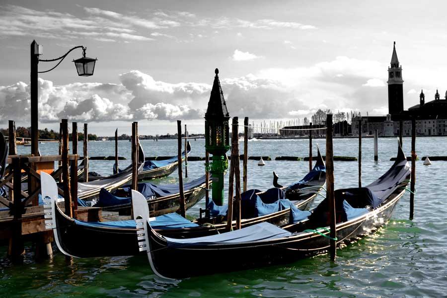 Venedik San Marco meydanının önünde gondollar - Traghetto gondole molo Gondol docks in front of San Marco Piazza, Venice