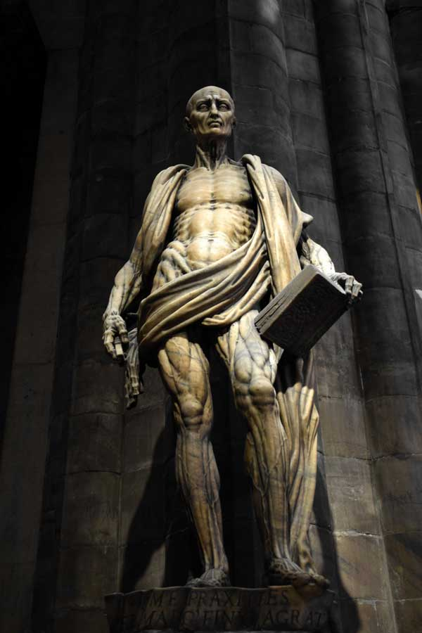 Milano katedrali Aziz Bartholomew heykeli yapan heykeltraş Marco d'Agrate - Duomo di Milano St Bartholomew skinned sculpture made by the sculptor Marco d'Agrate