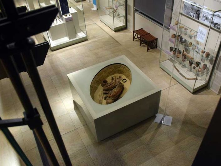Torino Mısır müzesi hoker tarzı gömülmüş iskelet sergilemesi - Turin Egyptian Museum burial stand including skeleton in hoker position