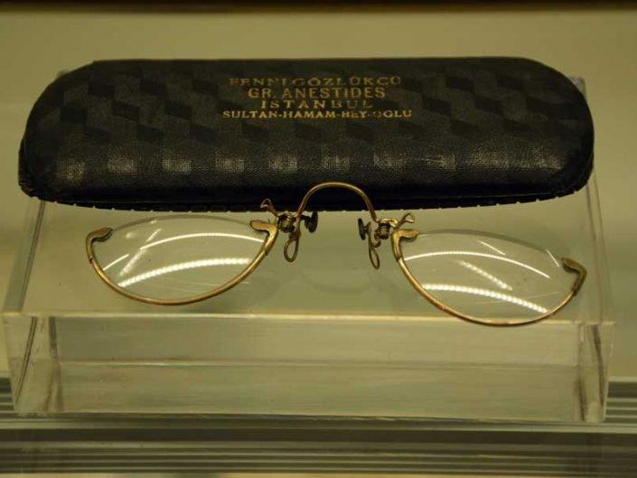 İstanbul Rahmi M. Koç Müzesi Atatürk eşyaları, Atatürk'e ait gözlük ve kılıfı - Rahmi Koc Museum Atatürk's spectacles and case