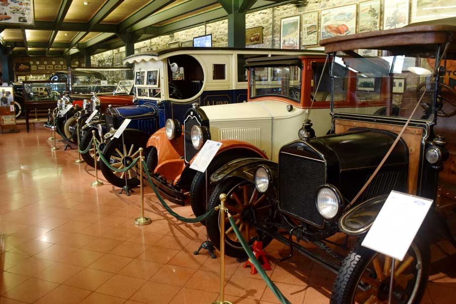 Rahmi M. Koç Müzesi antika arabalar salonu - Rahmi M. Koc Museum antique cars hall