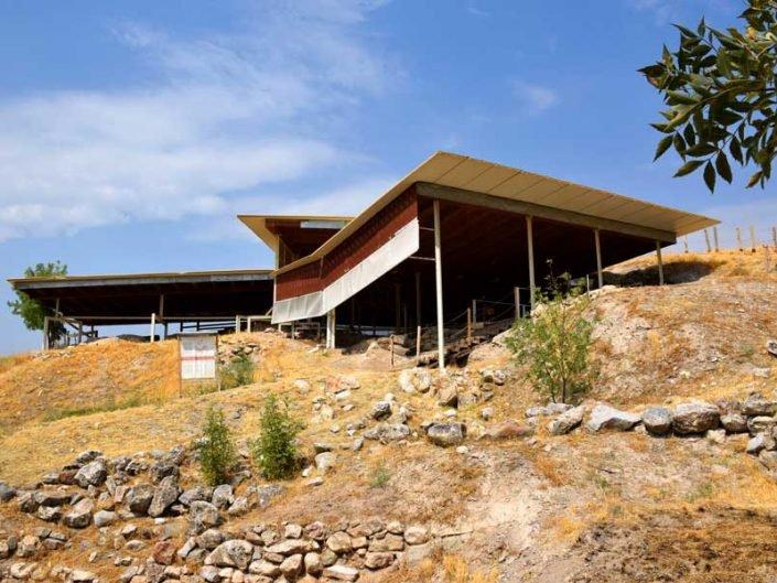 Arslantepe höyüğü genel görünümü, ahşap ve çelik koruma kontrüksiyonu - General view of Arslantepe mound, wood and steel protection construction