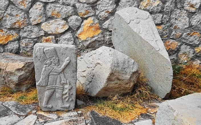 Arslantepe höyüğü heykeltıraş Cengiz Göğebakan tarafından yapılan imitasyon kabartmalar - Arslantepe mound imitation reliefs made by sculptor Cengiz Göğebakan