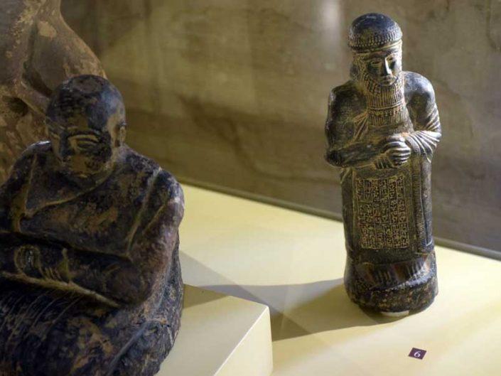 Mardin Müzesi Sahte Eserler Salonu sahte çiviyazılı Sümer heykeli - Mardin Museum Imitation Pieces Hall imitation cuniform inscribed sculpture