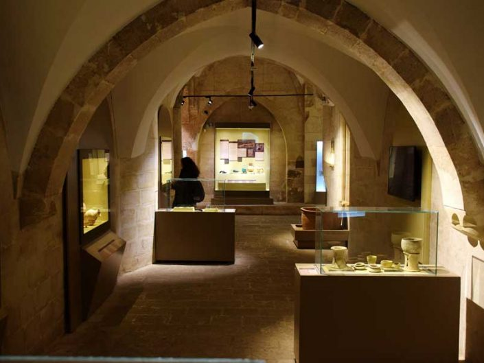 Mardin Müzesi içi Kazılar Salonu - interior of the Mardin Museum Excavations Hall
