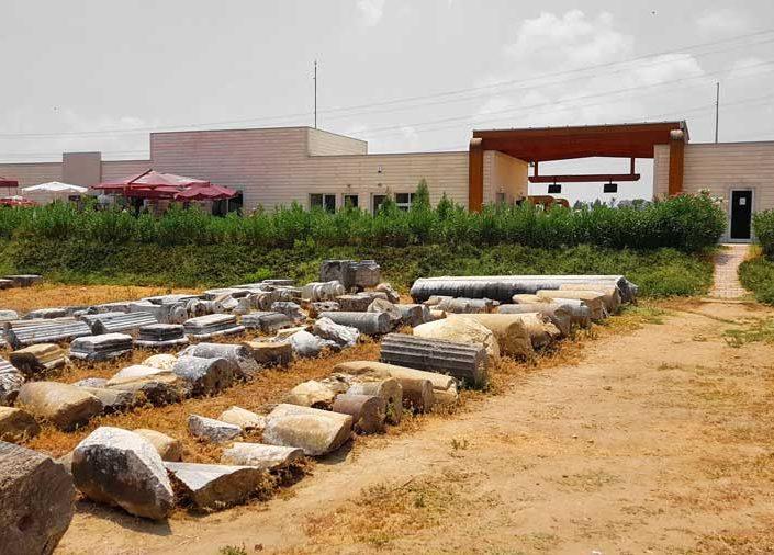Perge antik kenti sütun kalıntıları ve ziyaretçi merkezi - Perge ancient city column ruins and visitor center