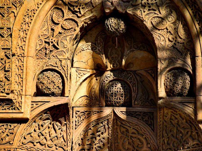 Divriği Ulu Cami Batı kapısı veya Tekstil kapısı küre biçimli taş bezemeler - Divriği Great Mosque West Gate or Textile Gate spherical stone adornments