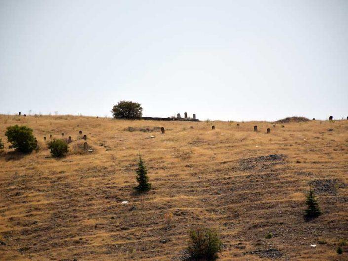 Harput kalesi karşısında Göllü Bağ Dabakhane mescidi yakınında tarihi mezarlık - Historical cemetery near Harput fortress