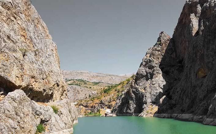 Fırat Nehri ve solda Kemaliye Karanlık Kanyon veya Kemaliyeliler Taşyolu - Euphrates River and on the left Kemaliye Dark Canyon or Kemaliyeliler Taşyolu