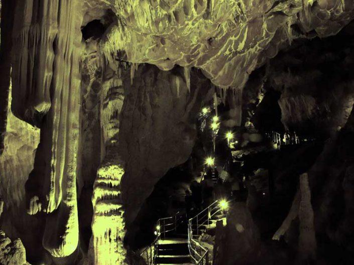 Ballıca mağarası Yeni Salon içinde soğan sarkıtlar ve pırasa şeklinde oluşumlar - Onion stalactites and leek formations in the Ballıca cave New Hall