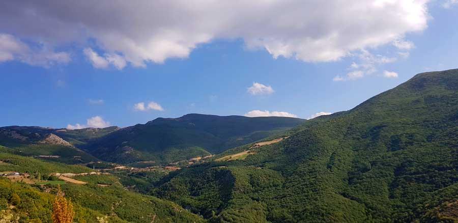 Ballıca mağarası diğer ismiyle İndere mağarası yolu, Deveci Dağları Ballıca tepeleri - Ballıca cave, also known as İndere cave, Deveci mountains Tokat