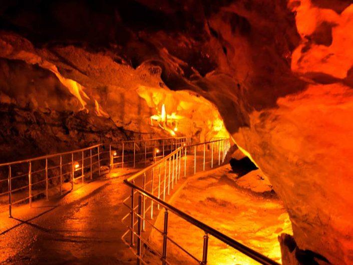 Ballıca mağarası salonlar arası yürüme yolu - Ballıca cave walkway between the halls
