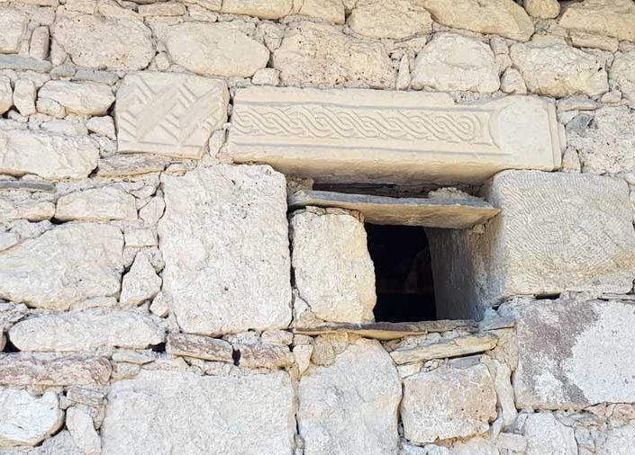 Clanudda antik kentinden kalan yapıtaşlarının kullanımı, Çırpıcılar köyü - The use of building materials from the ancient city of Clanudda, Çırpıcılar village