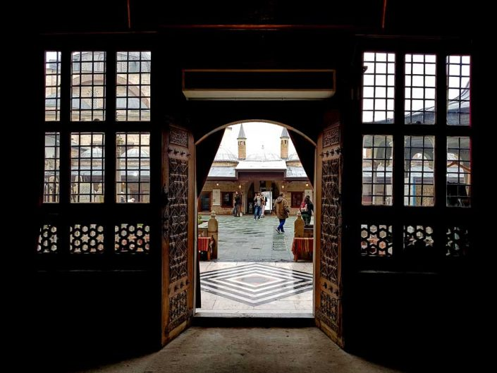 Mevlana müzesi iç avlusu - Mevlana museum inner courtyard