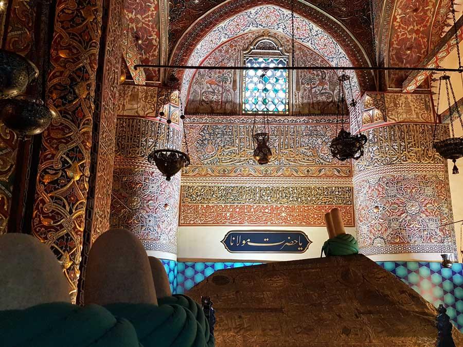 Mevlana mezarı ve türbenin içindeki Celi Sülüs yazıları - Celi Sülüs inscriptions on the wall inside Mevlana mausoleum