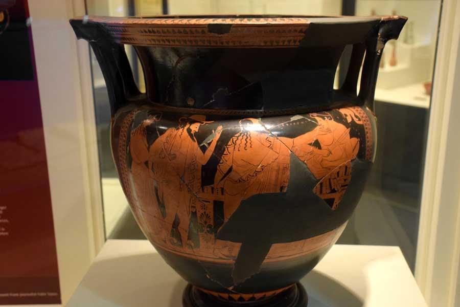 Tekirdağ Arkeoloji ve Etnografya Müzesi Attika kırmızı figür destekli krater Kral Priamos oğlu Hektor'un cenazesini alıyor MÖ 490 - Krater with red figures, Attica, 490 BC