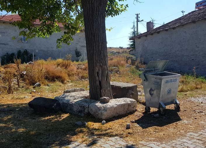 Uşak Clanudda antik kentinden kalan yapıtaşlarının kullanımı, Çırpıcılar köyü - The use of building materials from the ancient city of Clanudda, Çırpıcılar village