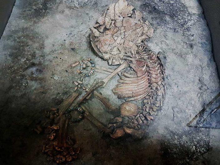 Konya Arkeoloji Müzesi Çatalhöyük bebek mezarı MÖ 3500 - Konya Archaeological Museum Çatalhöyük Infant burial B.C. 3500
