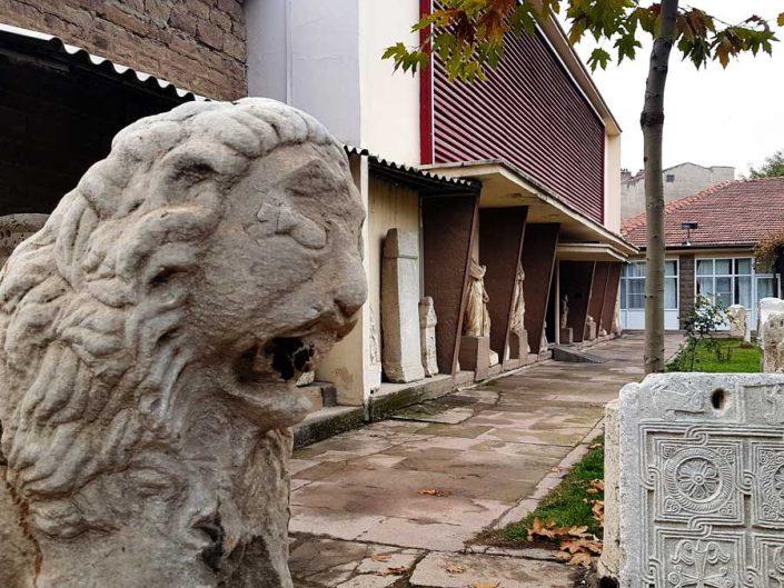 Konya Arkeoloji Müzesi bahçesi ve ana binası - Konya Archeology Museum garden and main building
