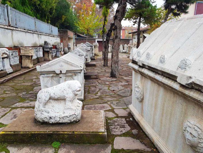 Konya Arkeoloji Müzesi bahçesinde çeşitli dönemlere ait lahitler - Sarcophagi belonging to various periods in the garden of Konya Archeology Museum