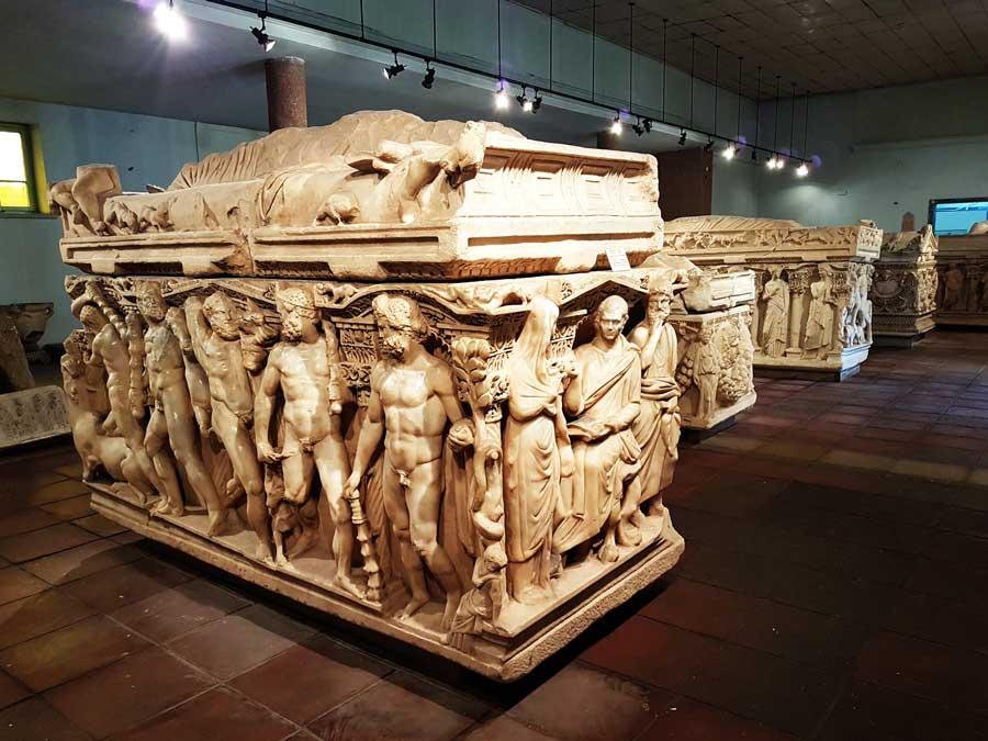 Konya Arkeoloji Müzesi eserleri lahitler salonu - Konya Archaeological Museum sarcophagus hall historical artifacts