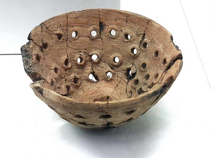 Konya Arkeoloji Müzesi fotoğrafları Çatalhöyük buluntuları salonu pişmiş toprak kevgir - Konya Archaeological Museum Çatalhöyük Artifacts terracotta colander