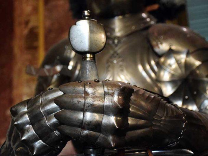 Torino Kraliyet Müzeleri Kraliyet Cephaneliği müzesi zırhlı şövalye detayı - Turin Royal Museums Royal Armory museum armored knight detail