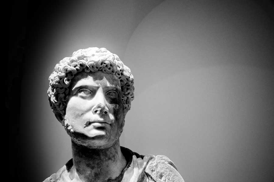 Torino Kraliyet Müzeleri sergi salonları genç Hadrian heykeli - Turin Royal Museums exhibition halls statue of the so-called young Hadrian