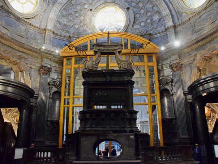 Torino Kraliyet Sarayı Kutsal Örtü Şapeli altarı - Chapel of the Holy Shroud Altar