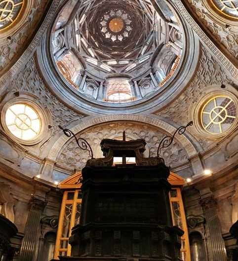 Torino Kraliyet Sarayı Kutsal Örtü Şapeli kubbesi ve altarı panaromik fotoğrafı - Chapel of the Holy Shroud dome and altar panaromic photo