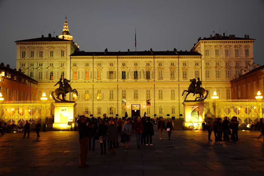 Torino Kraliyet Sarayı Müzeleri girişi ve Pollux ile Castor'un atlı heykelleri - Turin Royal Palace Museums entrance and Equestrian statues of Pollux and Castor
