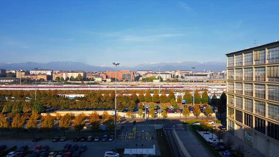 Torino eski Fiat fabrikası manzarası ve uzakta Alp dağları - Lingotto old Fiat car factory landscape and Alpine Mountains far away