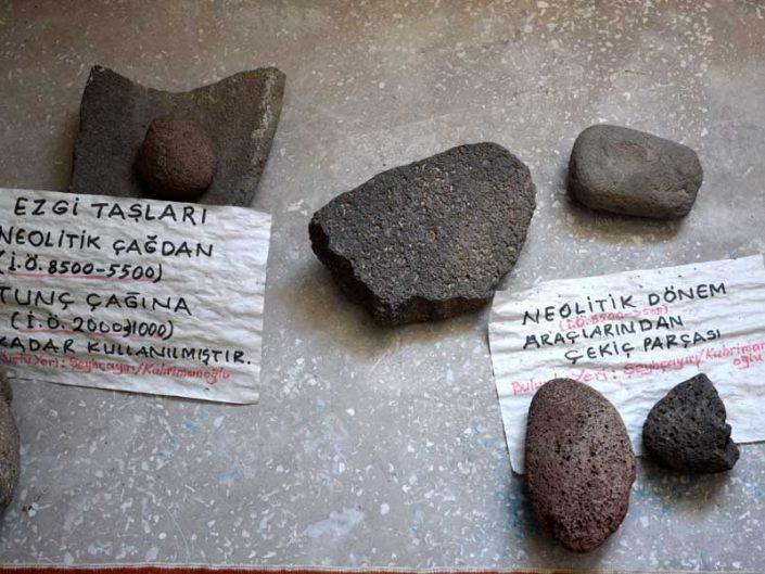 Onar Köyü Cemevi içinde sergilenen tarihöncesi parçalar - Prehistoric pieces on display in Onar Village Cemevi