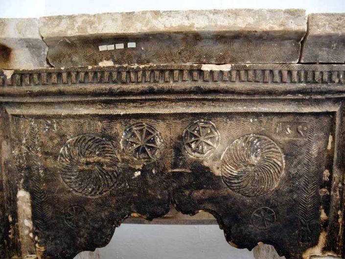 Onar Köyü Cemevi içinde sergilenen tarihi ocaklık bezemeli alın taşı - Historical hearth stone exhibited in Onar Village Cemevi