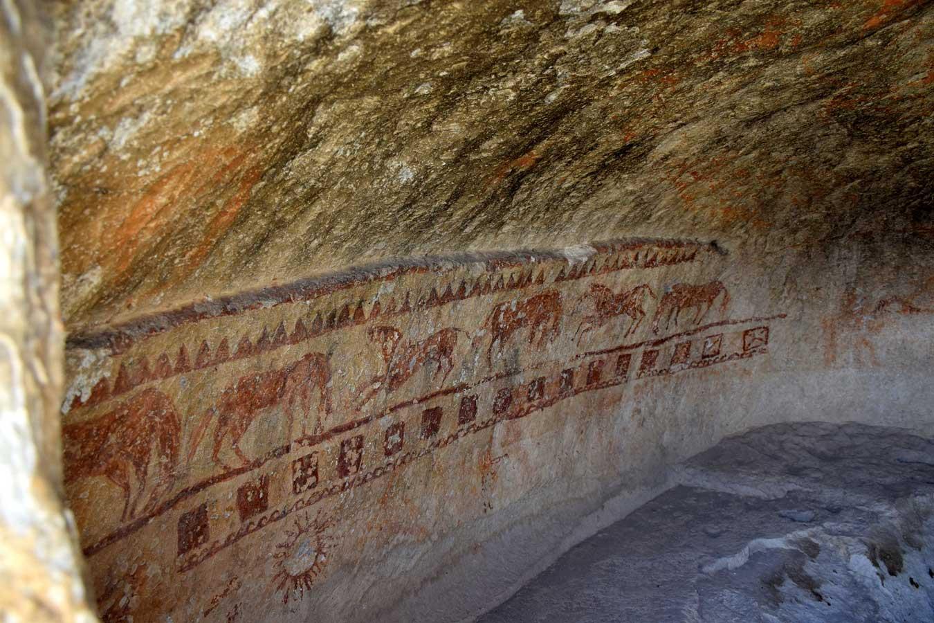 Onar Köyü kaya mezarı içindeki duvar resimleri - Murals inside the rock tomb of Onar Village