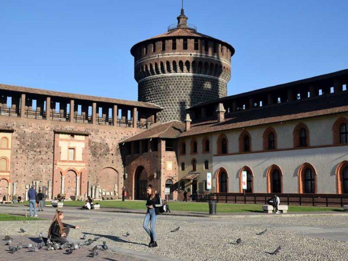 Sforzesco Şatosu La Ghirlanda üzerindeki dairesel kule - Sforzesco castle circular tower on La Ghirlanda
