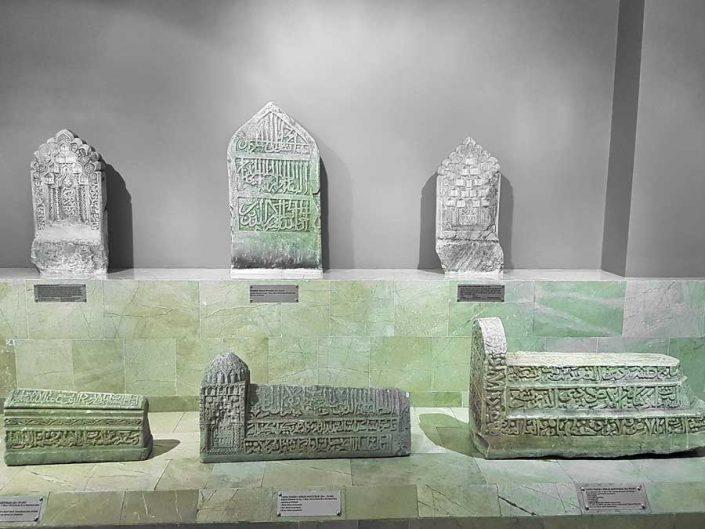 Sivas Arkeoloji Müzesi Selçuklu Dönemi yazılı nakışlı mezar sandukaları ve mezar taşları - Seljuks Period tombs and sarcophagi with embroidered inscriptions
