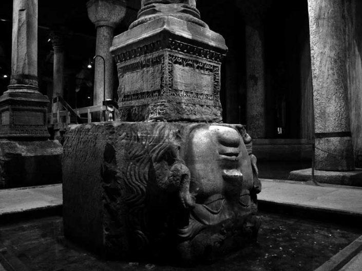 Yerebatan Sarnıcı fotoğrafları ters Medusa başı - Yerebatan (Basilica) Cistern photographs upside down Medusa head