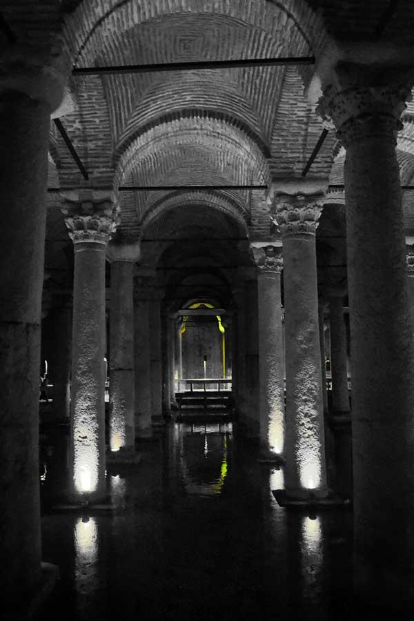 Yerebatan Sarnıcı sütunları ve sütun başlıkları - Yerebatan (Basilica) Cistern columns and capitals