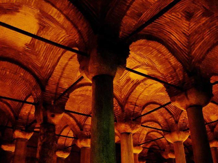Yerebatan Sarnıcı tuğla kemerler arasındaki tuğla tonozlar - Yerebatan (Basilica) Cistern brick vaults between brick archs