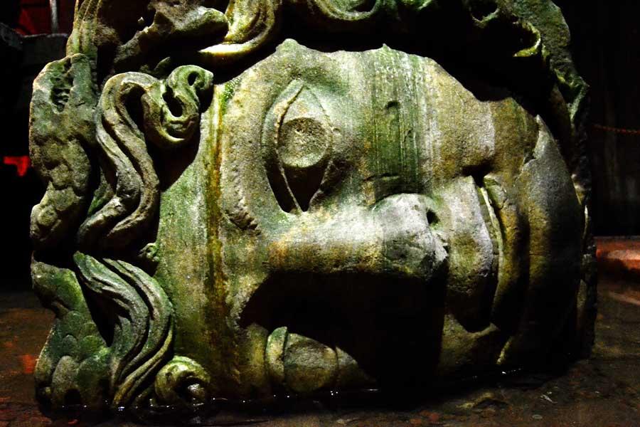 Yerebatan Sarnıcı yan yatmış Medusa başı - Yerebatan (Basilica) Cistern atilt Medusa head