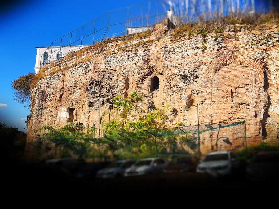 Septimus Severus'un temellerini attığı Hipodrom kavisli duvarı (Spendon) - Sphendone, curved wall of Hippodome Septimus Severus built