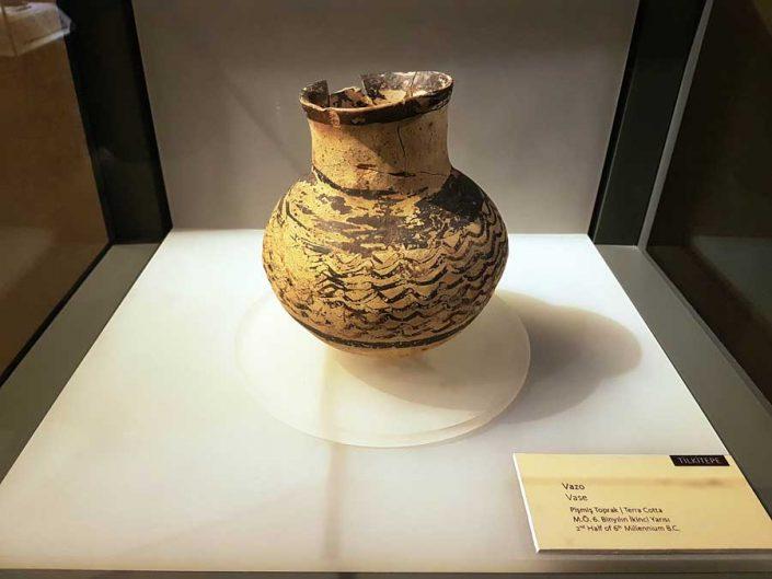 Anadolu Medeniyetleri müzesi Orta Taş çağı vazo M.Ö. 6000 Tilkitepe - Anatolian Civilizations Museum middle stone age vase 6000 B.C.