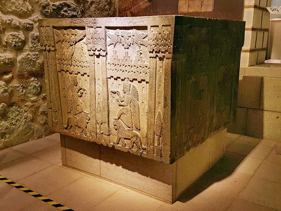 Anadolu Medeniyetleri müzesi Urartu kabartmalı sütun elemanı Adilcevaz Kef Kalesi M.Ö.700 - Anatolian Civilizations Museum Urartu period embossed column element 700 B.C.