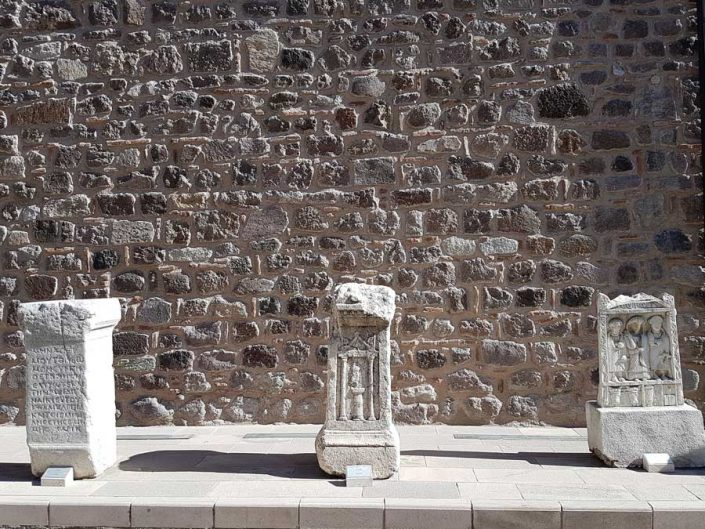 Anadolu Medeniyetleri müzesi bahçesi mezar stelleri - Anatolian Civilizations Museum garden, stellas